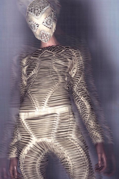 IrisVanHerpen_Mummification_AW0910_01.jpg